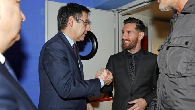 Mối quan hệ giữa Bartomeu (trái) và Messi không còn tốt đẹp. Ảnh: FCB.