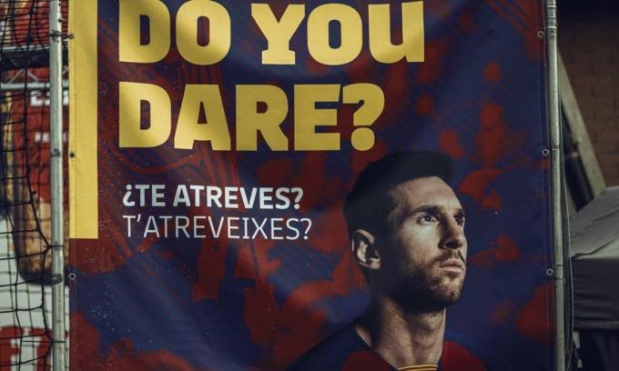Một tấm áp phích phản đối Messi được treo ở sân Camp Nou. Ảnh: DPA.