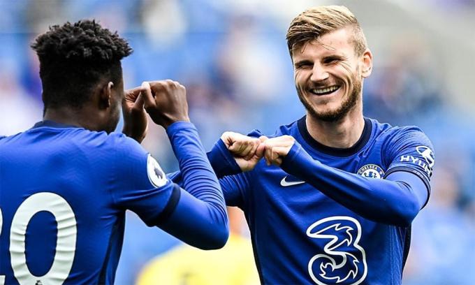 Werner chia vui với Hudson-Odoi sau khi ghi bàn. Ảnh: Chelsea FC