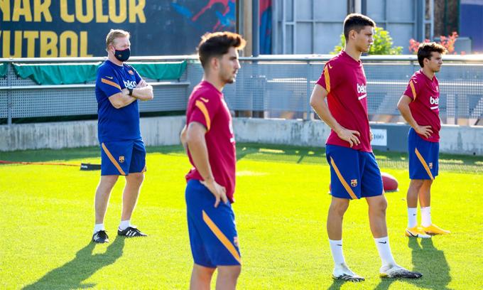 Koeman (trái) trên sân tập Ciutat Espotiva Joan Gamper hôm 5/9. Ảnh: FCB.cat