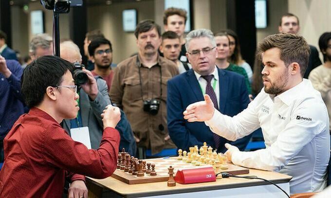 Quang Liêm (trái) có cơ hội đòi nợ Carlsen (phải). Ảnh: FIDE