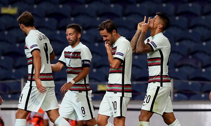 Joao Cancelo chia vui với đồng đội sau khi mở tỷ số trận đấu. Ảnh: EPA.