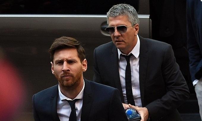 Bố Messi hai lần khẳng định con trai sẽ rời Barca nhưng vụ việc kết thúc theo hướng ngược lại. Ảnh: Reuters.