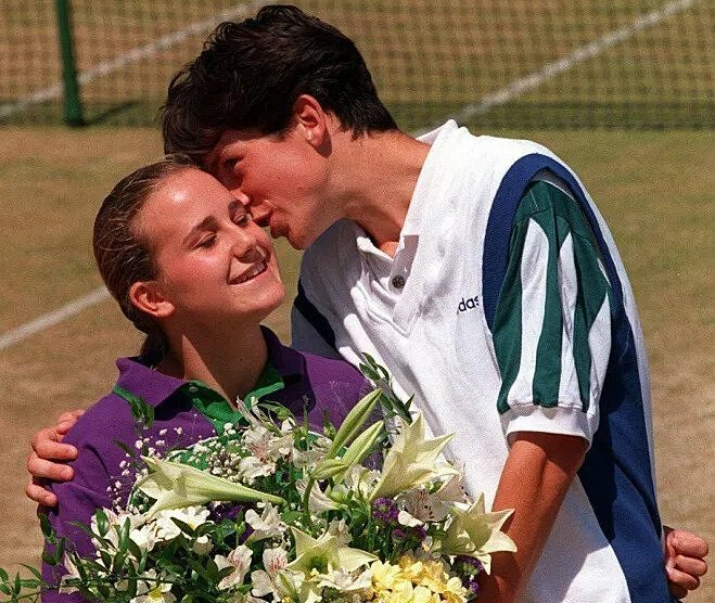 Henman và cô bé nhặt bóng ở Wimbledon 1995. Ảnh: Sun Sport
