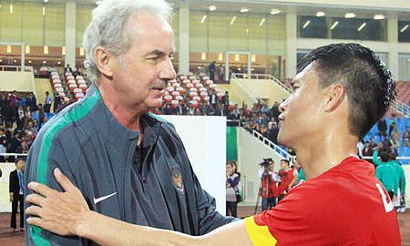 Công Vinh trò chuyện với HLV Riedl, khi ông dẫn dắt đội tuyển Indonesia gặp Việt Nam ở AFF Cup 2016.