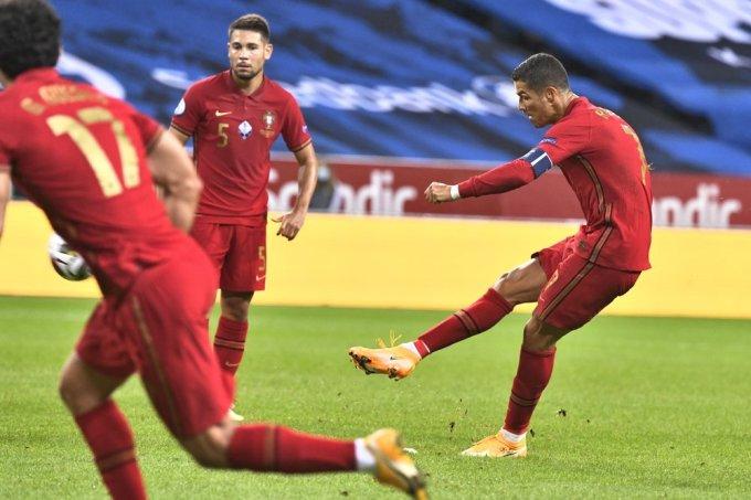 Pha sút phạt thành bàn của Ronaldo. Ảnh: AP.
