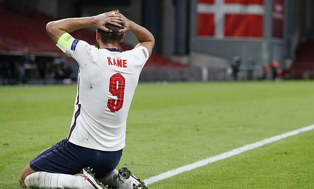 Kane tiếc nuối khi bỏ lỡ cơ hội ngon ăn phút bù giờ. Ảnh: Reuters.