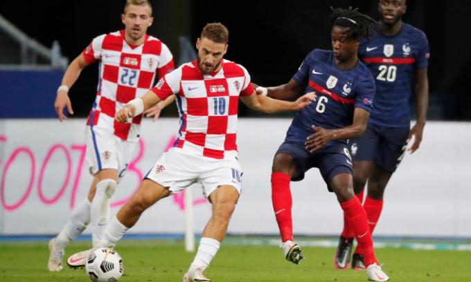 Ở tuổi 17, Camavinga (số 6) lần đầu được ra sân trong màu áo tuyển Pháp và góp công vào màn ngược dòng của Les Blues. Ảnh: Reuters