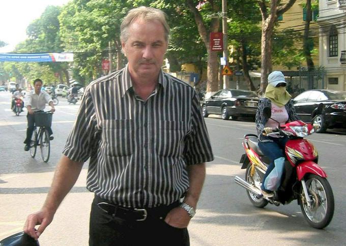 HLV Riedl rảo bước trên đường phố Việt Nam, nơi ông có ba giai đoạn làm HLV đội tuyển.