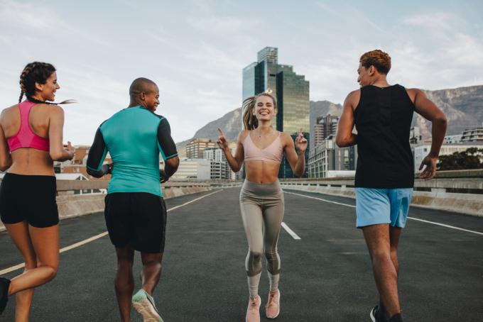 Xen kẽ chạy bước lùi khi tập luyện tốt cho runner. Ảnh: Shutterstock.