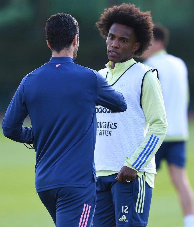 Arteta hướng dẫn Willian trên sân tập hôm 11/9. Tân binh người Brazil gần như chắc chắn sẽ đá chính khi Arsenal đấu trận ra quân Ngoại hạng Anh trên sân Fulham hôm nay. Ảnh: Arsenal FC