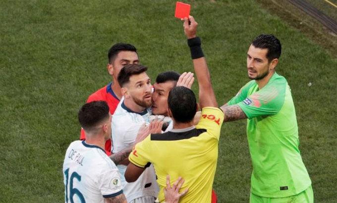 Messi nhận thẻ đỏ trong trận tranh giải ba Copa America 2019, Argentina thắng Chile 2-1. Ảnh: Reuters.