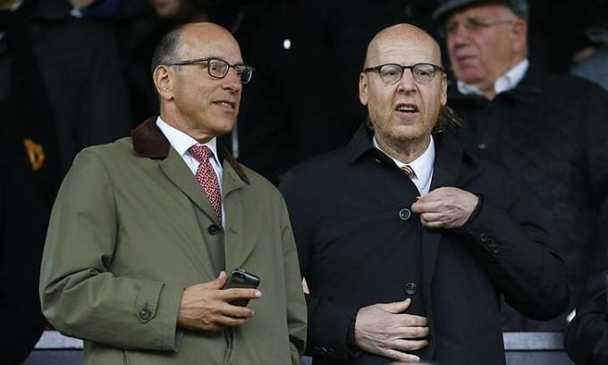 Joel và Avram Glazer (từ trái sang) - đồng sở hữu Man Utd. Ảnh: Reuters