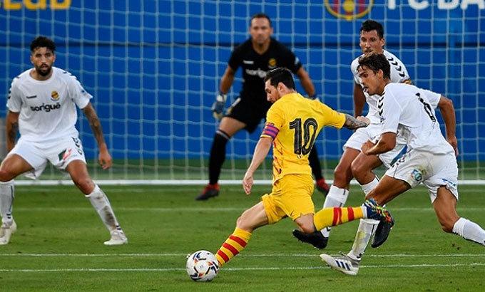 Messi bị đeo bám như hình với bóng ngay cả trong trận giao hữu. Ảnh: Bioreports.