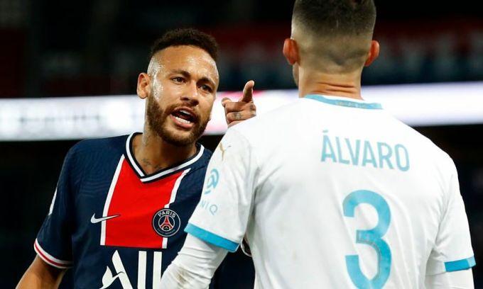 Neymar đánh Alvaro Gonzalez vì bị phân biệt chủng tộc. Ảnh: Reuters
