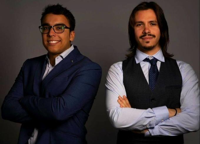 D'Alessandro (phải) làm tuyển trạch viên từ năm 2009, từng cố vấn cho nhiều bên trung gian và đại diện cầu thủ của FIFA ở Italy và nước ngoài. Năm 2015, anh cùng cộng sự Emanuele Ghirga thành lập công ty đại diện cầu thủ với hai văn phòng ở Rome (Italy) và London (Anh). Ảnh: DAS.