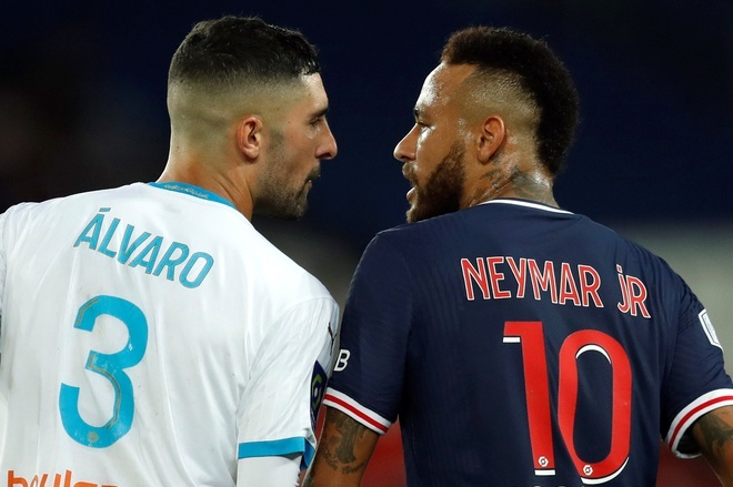 Alvaro Gonzalez (trái) lời qua tiếng lại với Neymar cuối trận đấu hôm 13/9. Ảnh: Reuters.