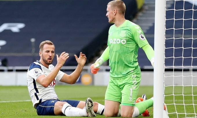 Harry Kane (trái) và đồng đội đáng thua Everton với màn trình diễn gây thất vọng. Ảnh: AP