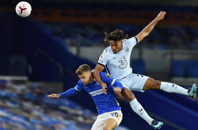 Reece James (phải), 20 tuổi, trưởng thành từ học viện của Chelsea, được Lampard biên chế vào đội một Chelsea từ đầu mùa 2019-2020. Ảnh: Reuters