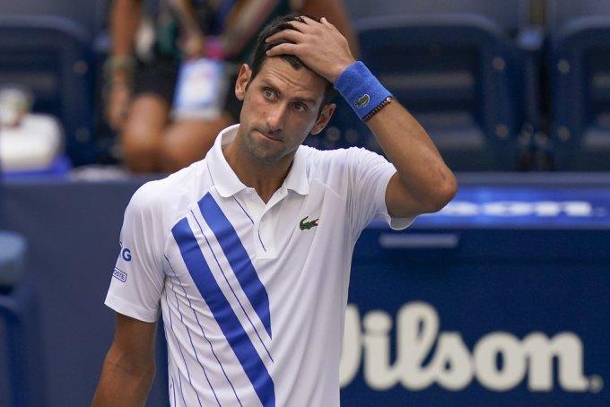 Djokovic thất thần sau sai lầm tại Mỹ Mở rộng. Ảnh: AP.
