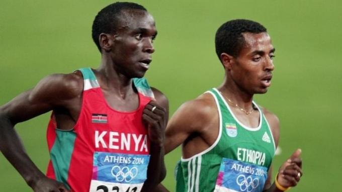 Bekele (phải) vượt qua Kipchoge để về nhì, nhận HC bạc nội dung 5.000 mét Olympic Athens 2004. Ảnh: AFP