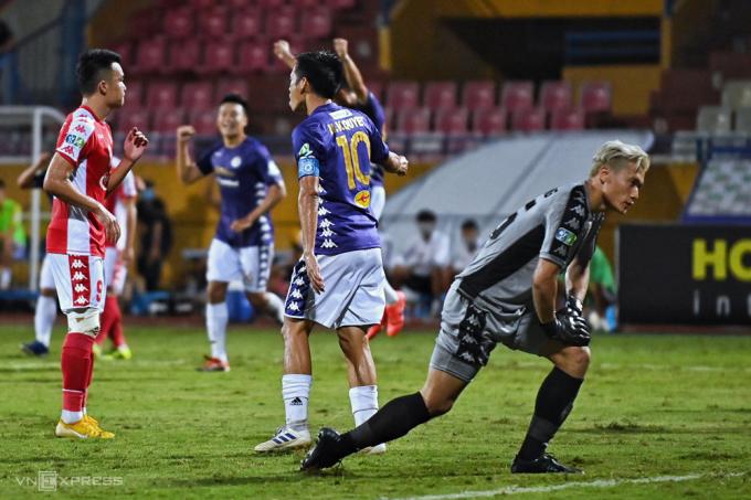 Bùi Tiến Dũng thất thần khi phải nhận năm bàn thua trong ngày đối đầu đội bóng cũ Hà Nội. Ảnh: Giang Huy