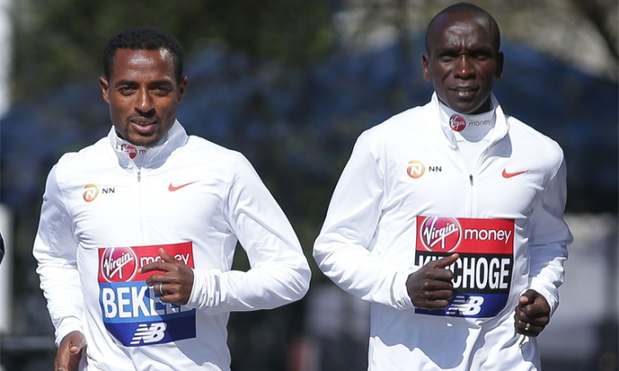 Bekele và Kipchoge chụp ảnh quảng bá cho London Marathon 2018.