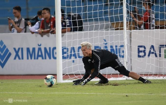 Bùi Tiến Dũng khởi động trước trận đấu với Hà Nội hôm qua 16/9. Ảnh: Lâm Thỏa.