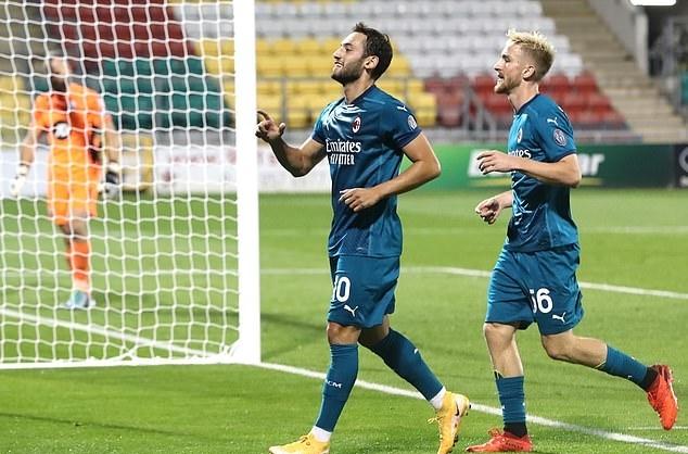 Calhanoglu (trái) ấn định tỷ số 2-0 cho Milan. Ảnh: PA.