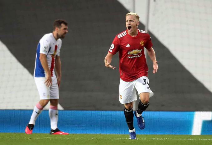 Van De Beek ghi bàn trong trận chính thức đầu tiên cho Man Utd. Ảnh: Reuters.