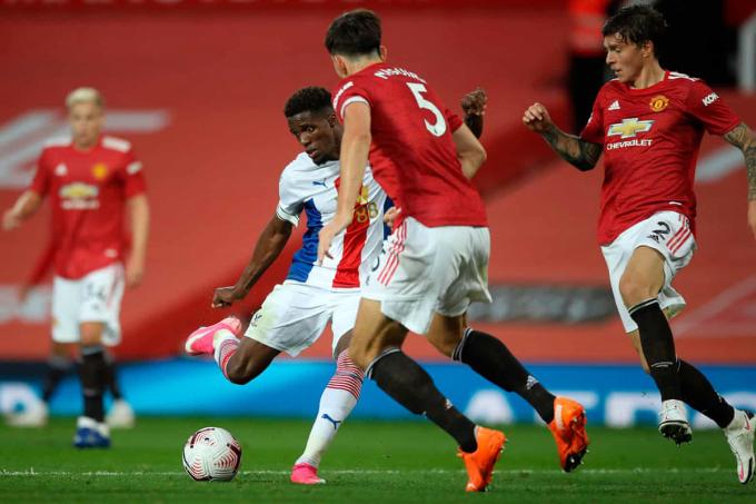 Zaha sút chìm vào góc gần, ấn định chiến thắng 3-1 cho Crystal Palace. Ảnh: AFP.