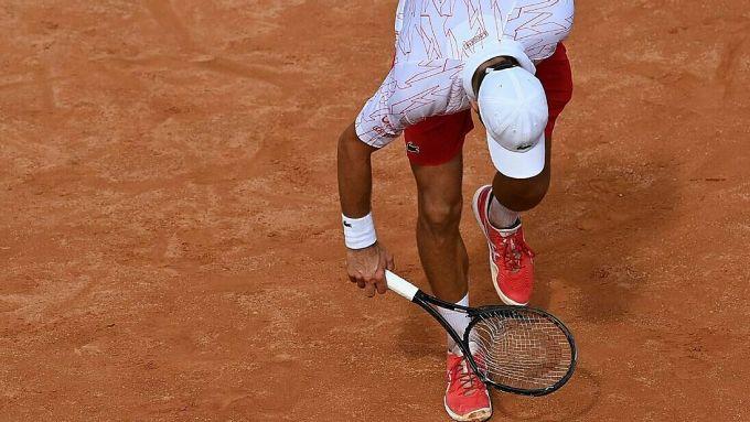 Djokovic đập hỏng cây vợt trong trận gặp Koepfer. Ảnh: AP.