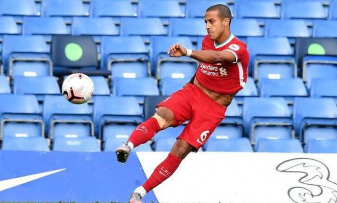 Thiago gây ấn tượng trong trận thắng Chelsea 2-0 ở vòng hai Ngoại hạng Anh. Ảnh: Reuters.