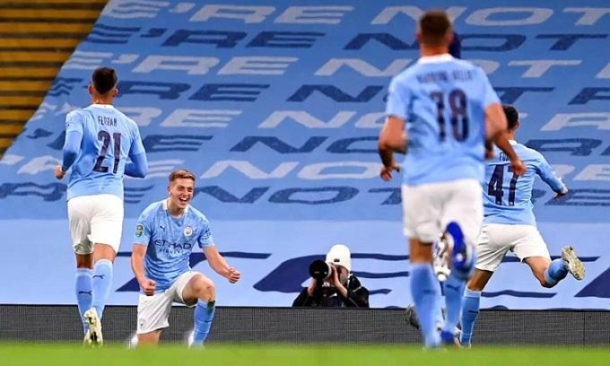 Delap chia vui cùng đồng đội sau khi lập công ở trận ra mắt CLB. Ảnh: Reuters.