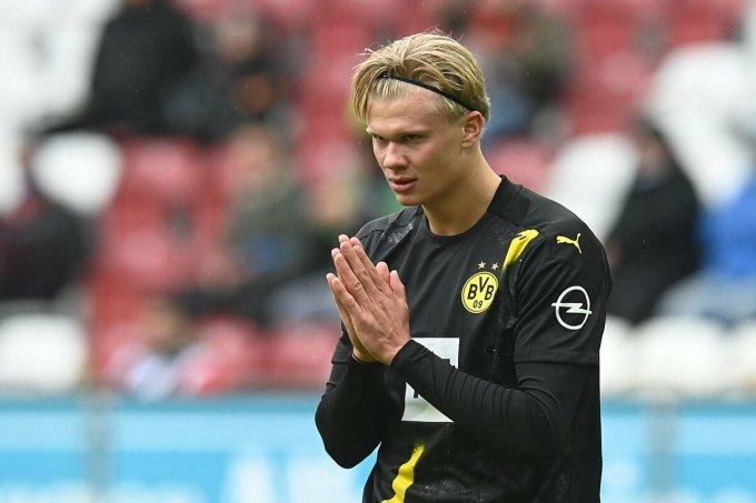 Haaland không giấu ức chế sau một tình huống tấn công hỏng của Dortmund trên sân Augsburg hôm 26/9. Ảnh: BVB.de