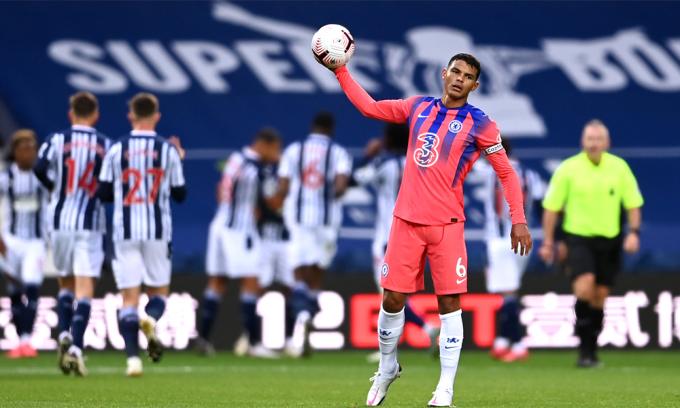 Thiago Silva ra mắt thảm hoạ cùng Chelsea tại Ngoại hạng Anh. Trong 90 phút, anh hai lần bị đối phương lừa bóng qua, mắc một lỗi trực tiếp dẫn tới bàn thua, không tắc bóng thành công lần nào, thua ba tình huống một đối một, còn đội của Silva thì thủng lưới ba bàn. Ảnh: CFC