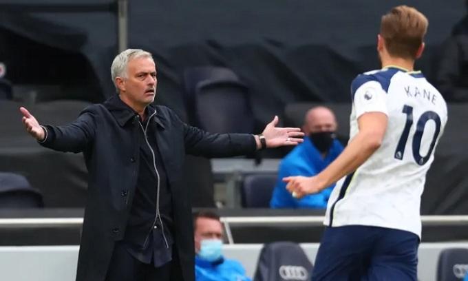 Mourinho tỏ rõ sự tức giận sau khi Tottenham bị cầm hòa vào phút chót. Ảnh: EPA.