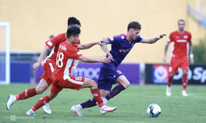 Thất bại trên sân Viettel (áo đỏ) khi V-League trở lại hôm 26/9 khiến Sài Gòn FC cảm nhận rõ hơn lúc nào hết áp lực lên vị thế ứng viên vô địch. Ảnh: Lâm Thỏa