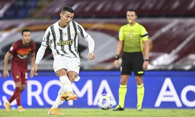 Ronaldo sút phạt đền gỡ hòa 1-1. Ảnh: LaPresse