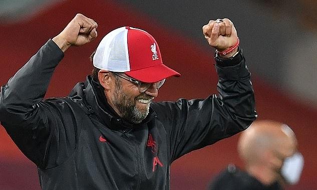 Klopp vui mừng sau khi Robertson ghi bàn, đưa Liverpool dẫn 2-1. Ảnh: AFP.