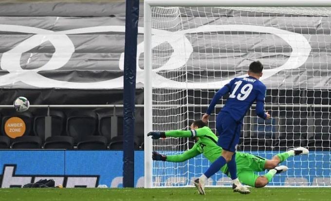 Mount đá ra ngoài ở lượt luân lưu quyết định, dâng chiến thắng cho Tottenham. Ảnh: Pool.