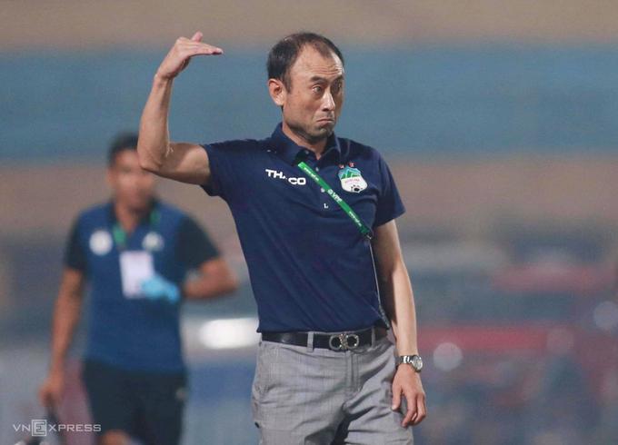 Sau gần hai mùa giải giữ chức HLV trưởng, Lee Tae-hoon bất ngờ trở lại vị trí Giám đốc Kỹ thuật và nhường quyền chỉ đạo cho các trợ lý Dương Minh Ninh và Nguyễn Văn Đàn. Ảnh:Lâm Thoả.