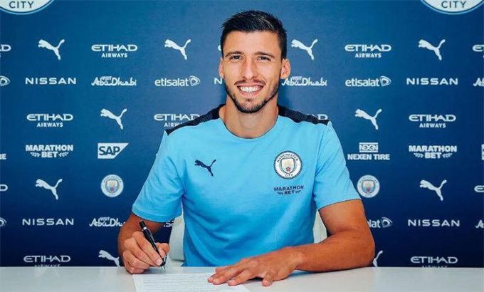 Dias trong ngày ký hợp đồng và ra mắt tại Man City. Ảnh: Man City.