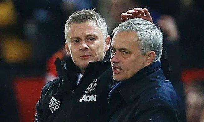 Solskjaer (trái) châm ngòi và tiếp tục đá xoáy Mourinho. Ảnh: REX