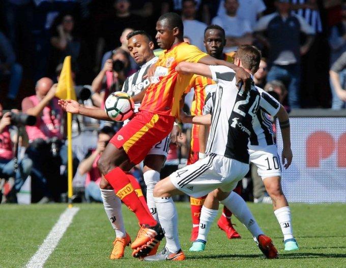 Benevento (áo vàng đỏ) chỉ thắng sáu trận tại Serie A mùa 2017-2018, và kết thúc cuộc phiêu lưu ngắn ngủi này ở vị trí chót bảng. Ảnh: AP