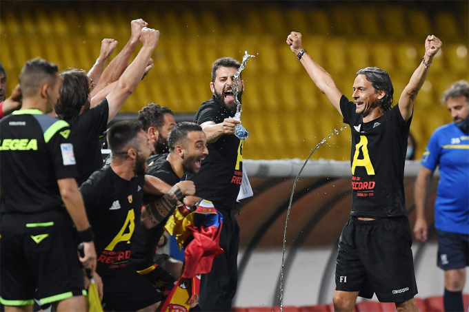 Inzaghi cùng các học trò Benevento lập kỷ lục về điểm số và giành vé thăng hạng sớm tại Serie B mùa 2019-2020. Ảnh: Lega Serie B