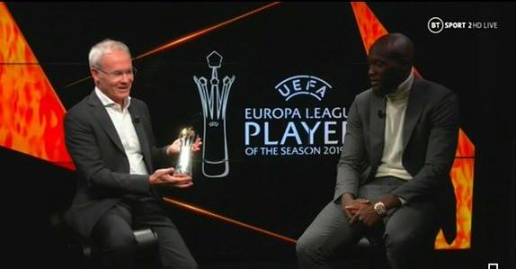 Lukaku (phải) nhận giải từ Phó Tổng thư ký UEFA Giorgio Marchetti.