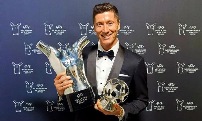 Lewandowski nhận cú đúp giải thưởng cá nhân - Cầu thủ hay nhất năm và Tiền đạo hay nhất năm - của UEFA. Ảnh: UEFA