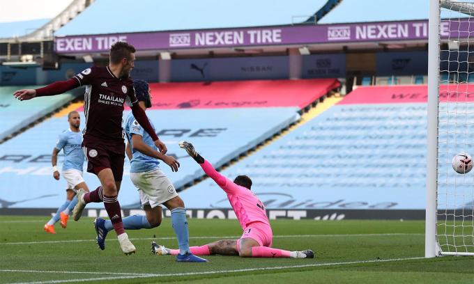 Thảm bại 2-5 dưới tay Leicester tại Etihad hôm 27/9 đang phơi bày những vấn đề của hàng thủ Man City. Ảnh: PA