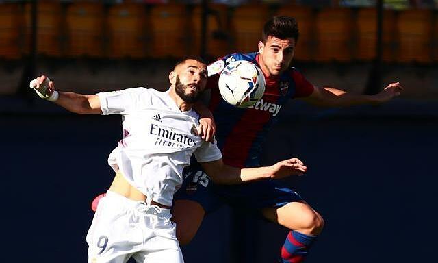 Benzema (trái) ghi bốn bàn, kiến tạo hai bàn trong sáu trận gần nhất gặp Levante. Ảnh: Reuters